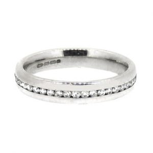 18ct white gold ring with central diamonds. £1385.00